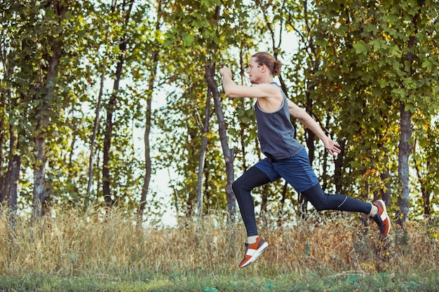 Fit muskulöses männliches athleten-trainings-trailrunning für den marathonlauf
