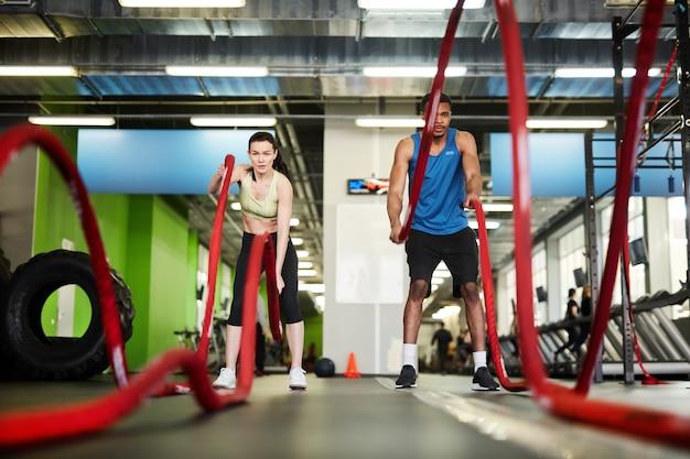 Fit paar mit kampfseilen trainieren