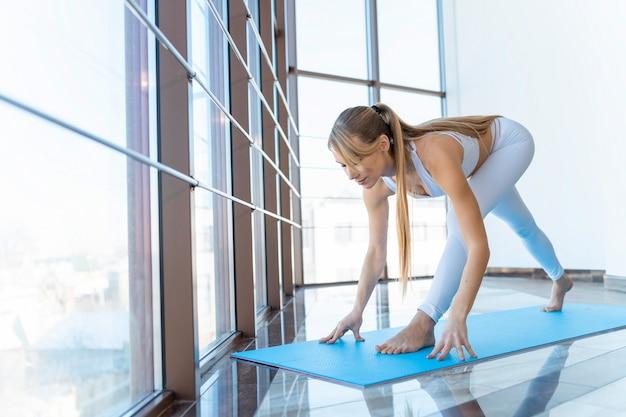 Fites mädchen, das yogaübung macht
