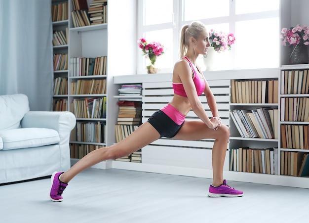 Fitness blonde frau training zu hause