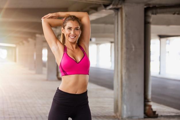 Fitness frau dehnen