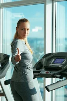 Fitness frau fitnessstudio fünfzig plus wechseljahre blonde trainingsgeräte