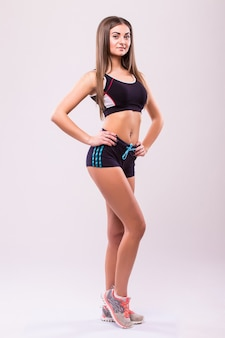 Fitness frau. junges sportliches kaukasisches weibliches modell lokalisiert auf weißem hintergrund im ganzen körper