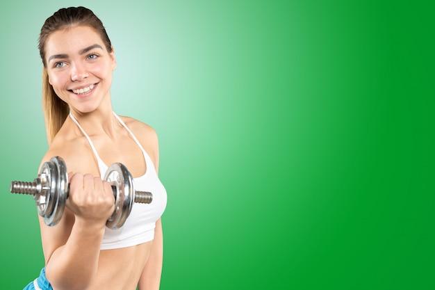 Fitness frau. junges sportliches kaukasisches weibliches modell lokalisiert