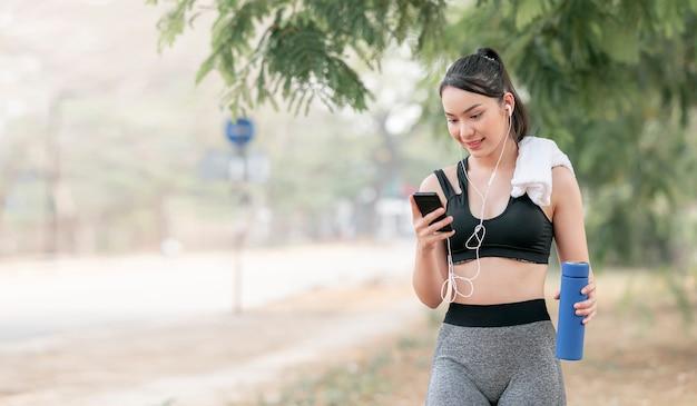 Fitness frau läufer entspannen nach dem laufen und training im freien.