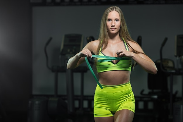 Fitness frau mit roulette misst den umfang des thorax
