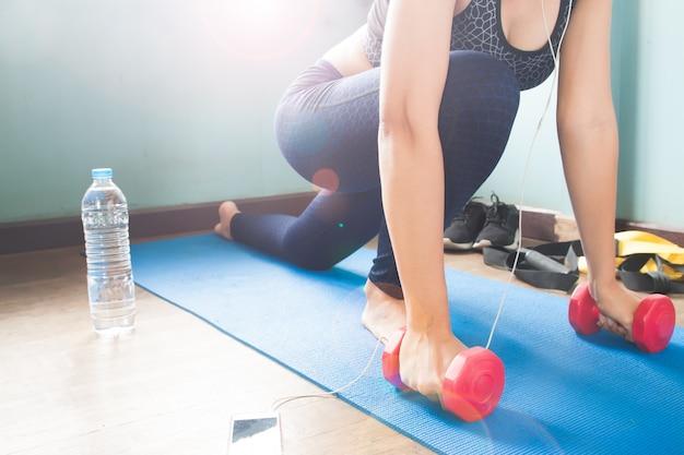 Fitness-frau streckte ihren körper auf yoga-matte, workout und gesunde lifestyle-konzept