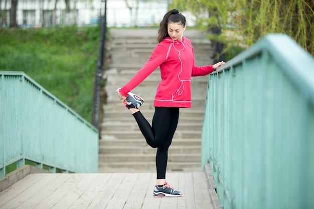 Fitness frau vorbereitung für den betrieb
