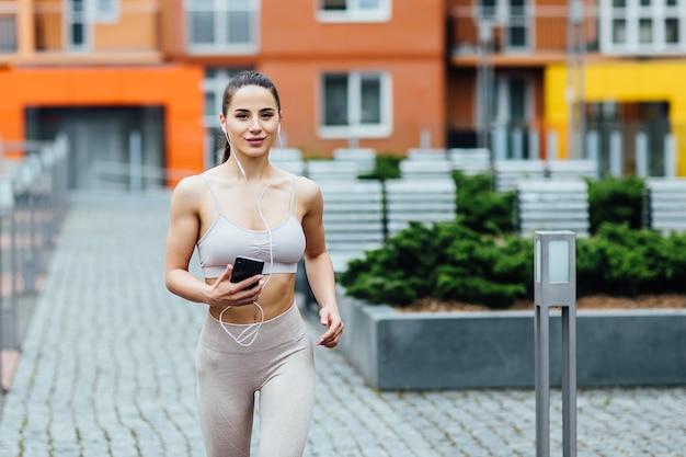 Fitness-frauenläufer, die sich nach dem laufen in der stadt und dem training im freien entspannen.