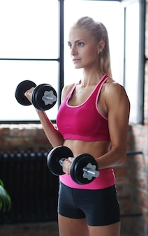 Fitness-frauentraining mit hanteln