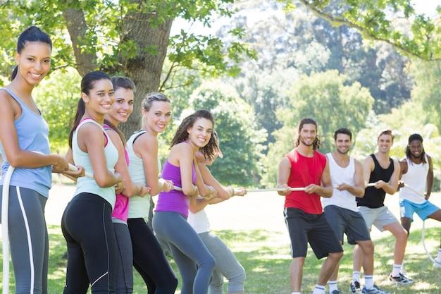 Fitness-gruppe spielt tauziehen