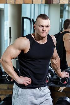Fitness. gut aussehender mann in der turnhalle