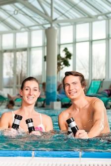 Fitness - gymnastik unter wasser im schwimmbad
