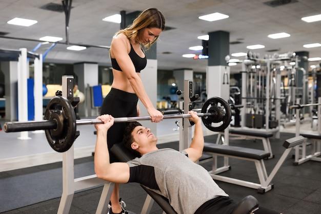 Fitness junge zug bodybuilder hintergrund