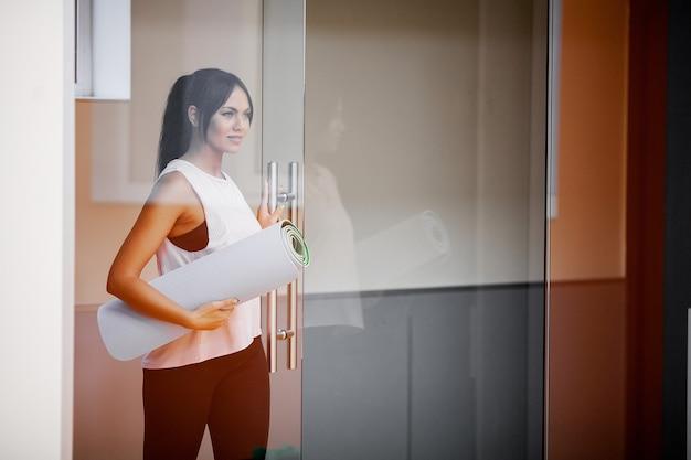 Fitness. junges schönes sportfrauentraining, das yoga tut