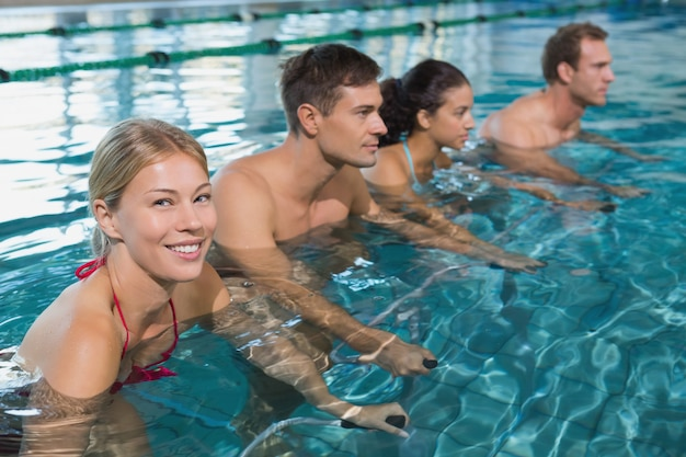 Fitness-klasse, die aqua-aerobic auf heimtrainer tut