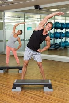 Fitness-klasse, die step-aerobic tut