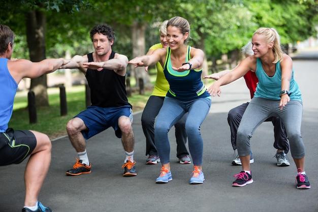 Fitness-klasse macht squat-sequenz