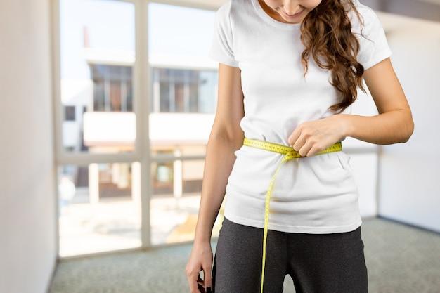Fitness körper mit einem klebeband