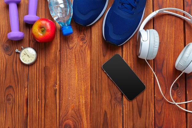 Fitness-konzept mit turnschuhen, hanteln