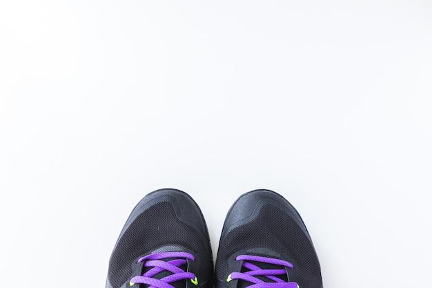 Fitness-konzept. sportschuhe auf weißem hintergrund