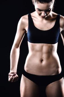 Fitness-mädchen auf schwarzem hintergrund