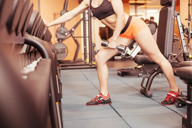 Fitness-mädchen, das hantel hebt