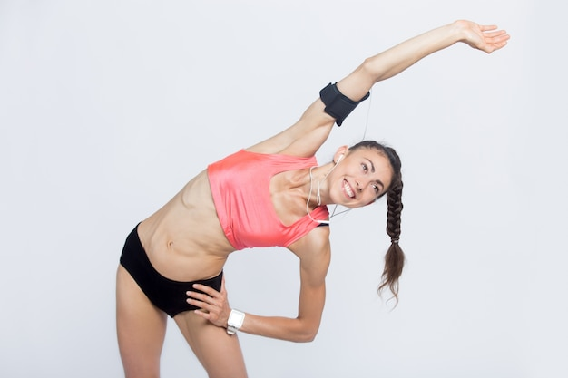 Fitness mädchen machen side bend übungen