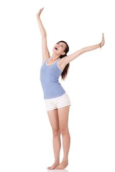 Fitness-mädchen strecken und fühlen sich frei, porträt in voller länge auf weißem hintergrund.