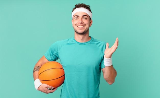 Fitness-mann, der sich glücklich, überrascht und fröhlich fühlt, mit positiver einstellung lächelt und eine lösung oder idee realisiert