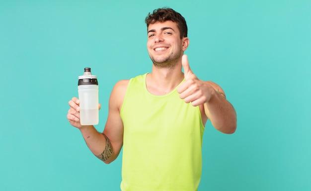 Fitness-mann, der sich stolz, sorglos, selbstbewusst und glücklich fühlt und positiv mit daumen nach oben lächelt