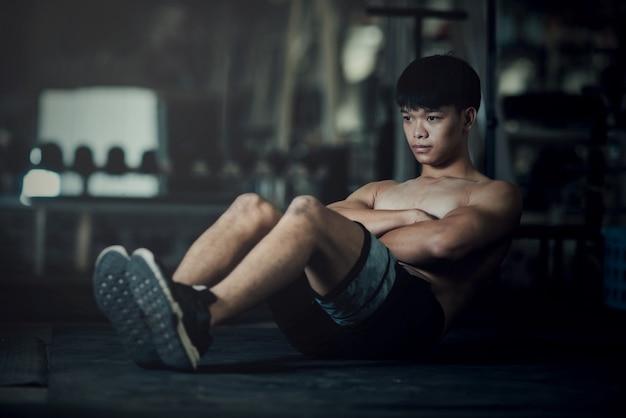 Fitness-mann im fitnessstudio entwurmung