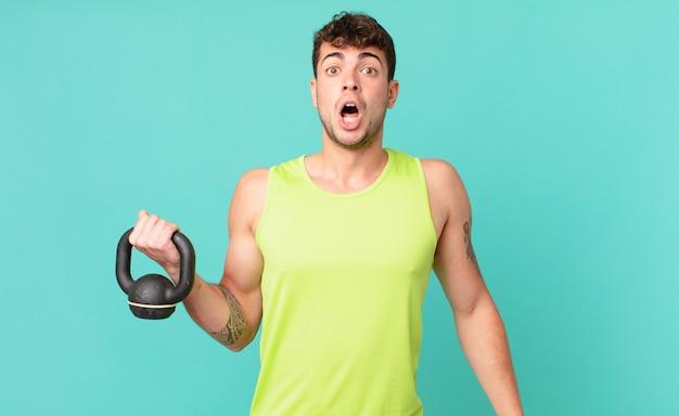 Fitness-mann sieht sehr schockiert oder überrascht aus und starrt mit offenem mund an und sagt wow