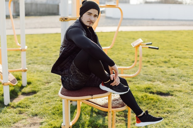 Fitness-mann-training im freien aktiv gesund leben