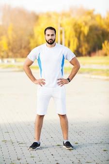 Fitness. müder mannläuferrest, nachdem auf stadt stree gelaufen worden ist