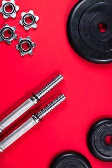 Fitness oder bodybuilding. sportausrüstung, langhantel, dummkopf, draufsicht