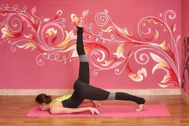 Fitness- oder yoga-klasse, sportfrau, die übung im fitnessstudio macht