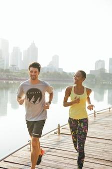 Fitness-paar, das im stadtpark joggt