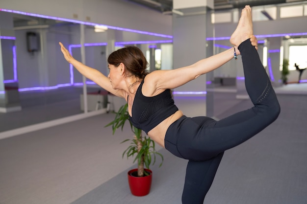 Fitness-senior-frau macht stretching im fitnessstudio