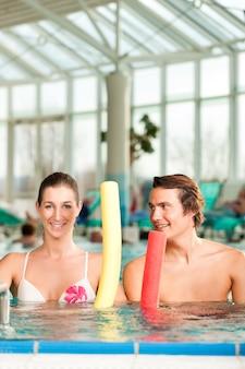 Fitness - sportgymnastik unter wasser im schwimmbad
