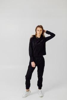 Fitness-sportmädchen in der modesportbekleidung. porträt eines mädchens in sportbekleidung
