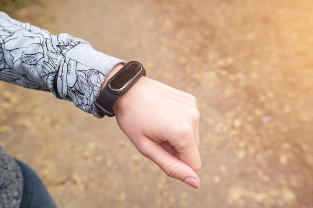 Fitness-tracker am handgelenk der frau, sportaktivitätsüberwachungskonzept