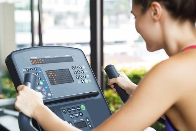 Fitness-training auf stationärem fahrrad im fitnessstudio