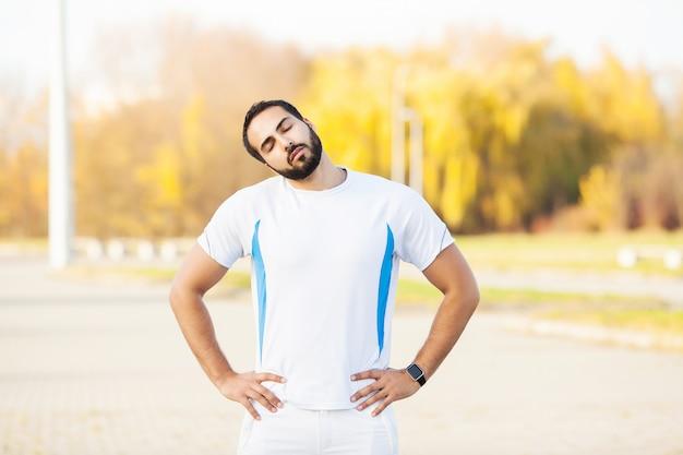 Fitness. übung des jungen mannes in der städtischen umwelt
