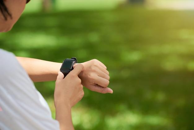 Fitness-uhr am handgelenk der frau