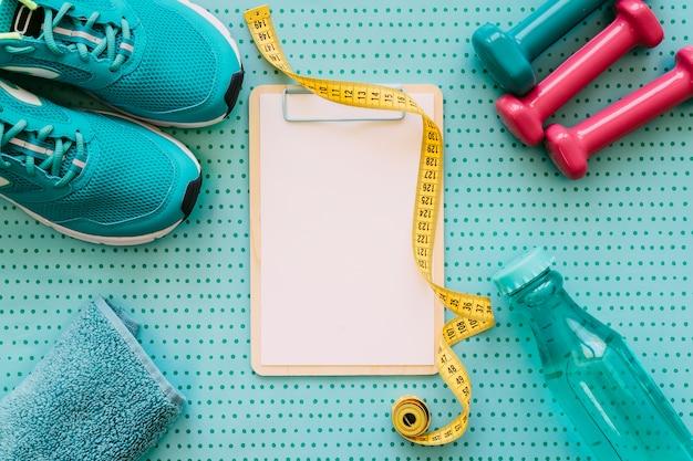 Fitness und workout-konzept mit zwischenablage