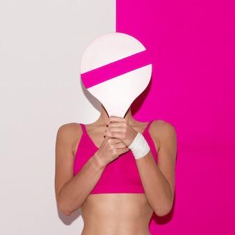 Fitness-vibration. badminton am strand. pop-art-stil. mode mädchen