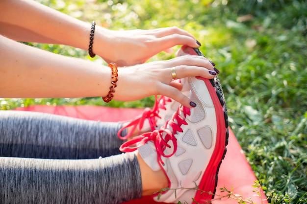 Fitness yoga mädchen macht übungen im freien