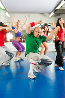 Fitness - zumba training und training im fitnessstudio
