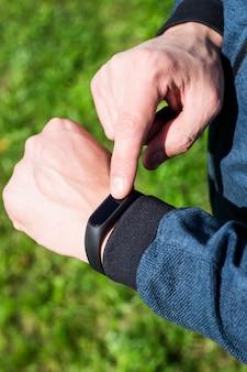 Fitnessarmband oder intelligente uhr an der hand eines mannes Premium Fotos